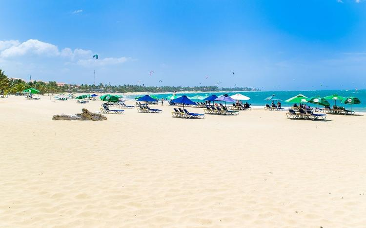 На некоторых курортах Испании запрещено снимать защитные маски даже на пляже