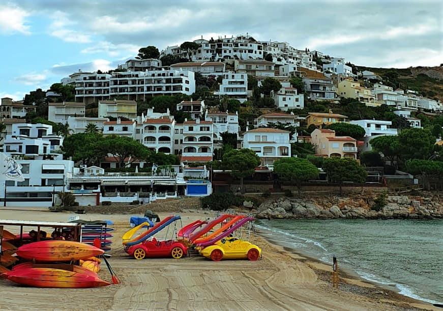 Пляж Cala Montgo