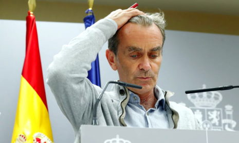 Главный эпидемиолог Испании извинился за шутку о медсестрах