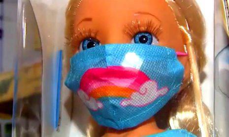 Куклы с маской и тестом ПЦР: игрушки тоже адаптируются к Covid-19