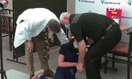 Медсестра упала в обморок в прямом эфире после вакцинации Pfizer