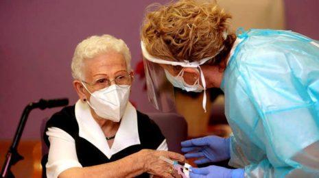 Испанскую вакцинацию от коронавируса превратили в шоу