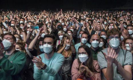 Никакой дистанции: группа Love of Lesbian собрала 5000 человек на концерте в Барселоне