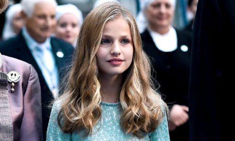 15-летняя будущая королева Испании прекрасна даже в старом платье