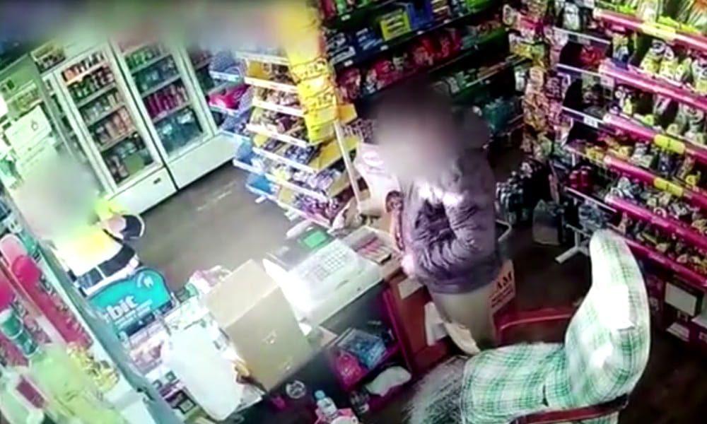 В Барселоне женщина с ножом ограбила продуктовый магазин