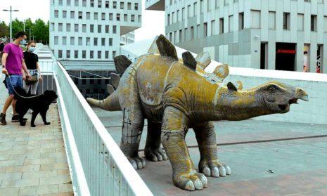 Allspain.info: мужчина найден в статуе динозавра