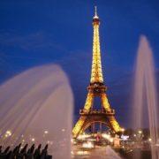 На Эйфелеву башню в Париже теперь пускают только по QR-кодам