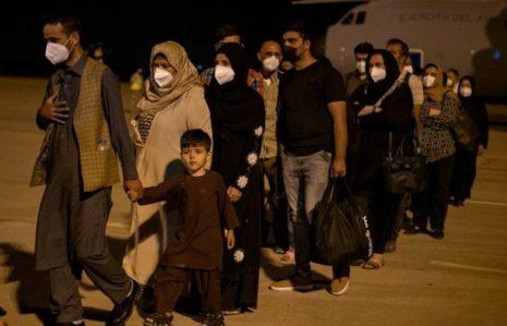 Первые 53 эвакуированных из Кабула прибыли в Мадрид на рассвете, а операция по репатриации продолжается
